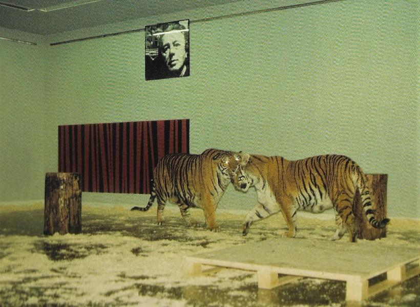 Lebende Tiger unter Fotoporträts von André Breton, André Breton, Filippo Tommaso Marinetti und Wladimir Majakowski