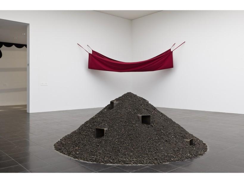 Reiner-Ruthenbeck-Aschehaufen-VI-1968-71-Installation-view-Hamburger-Kunsthalle-Hamburger